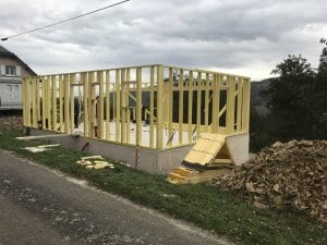 construction-maison-ossature-bois-charpente-couverture-tuile-plate-noire-isolation-fibre-bois-bardage-boistrebons-yoan-naturel-3-1024x768