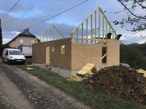 construction-maison-ossature-bois-charpente-couverture-tuile-plate-noire-isolation-fibre-bois-bardage-boistrebons-yoan-naturel-4-1024x768