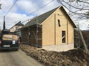 construction-maison-ossature-bois-charpente-couverture-tuile-plate-noire-isolation-fibre-bois-bardage-boistrebons-yoan-naturel-5-1024x768