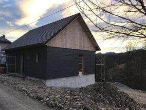 construction-maison-ossature-bois-charpente-couverture-tuile-plate-noire-isolation-fibre-bois-bardage-boistrebons-yoan-naturel-6-1024x768
